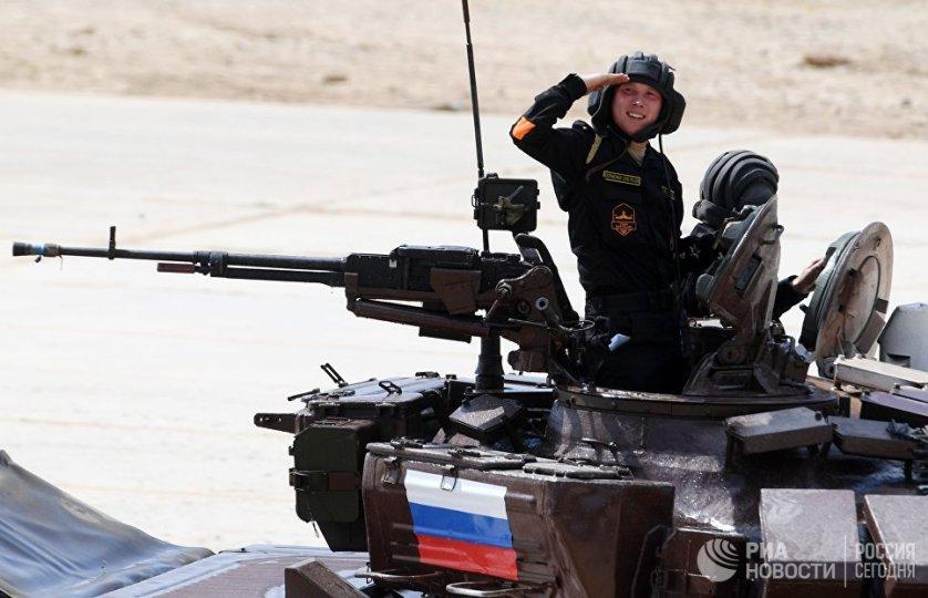 Российский экипаж принимает участие в индивидуальной гонке на соревнованиях по танковому биатлону в Алабино.