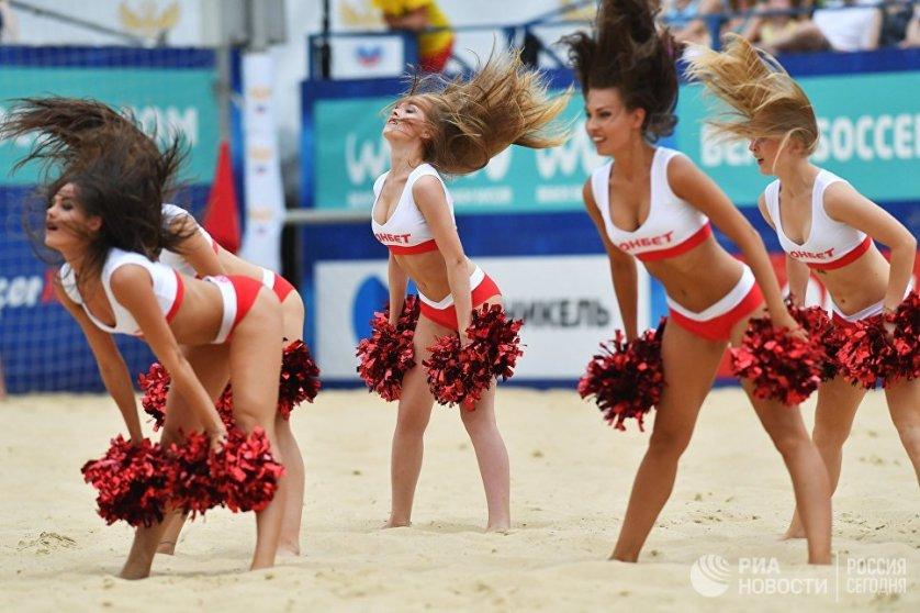 Чирлидерши во время матча третьего этапа Евролиги по пляжному футболу среди мужчин между сборными России и Белоруссии в Москве.