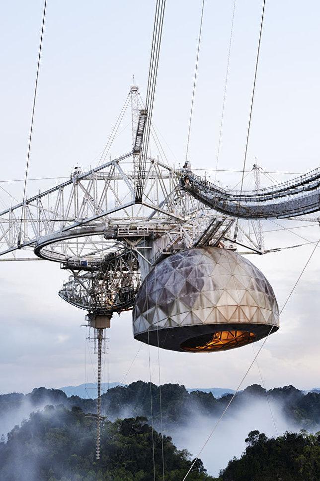 """Снимок """"Радиотелескоп Аресибо"""" фотографа Энрико Саккетти. На кадре - телескоп, установленный в астрономической обсерватории в Пуэрто-Рико. До 2016 года это был крупнейший радиотелескоп, использующий одну апертуру. Телескоп используется для исследований в области радиоастрономии, физики атмосферы и радиолокационных наблюдений объектов Солнечной системы."""