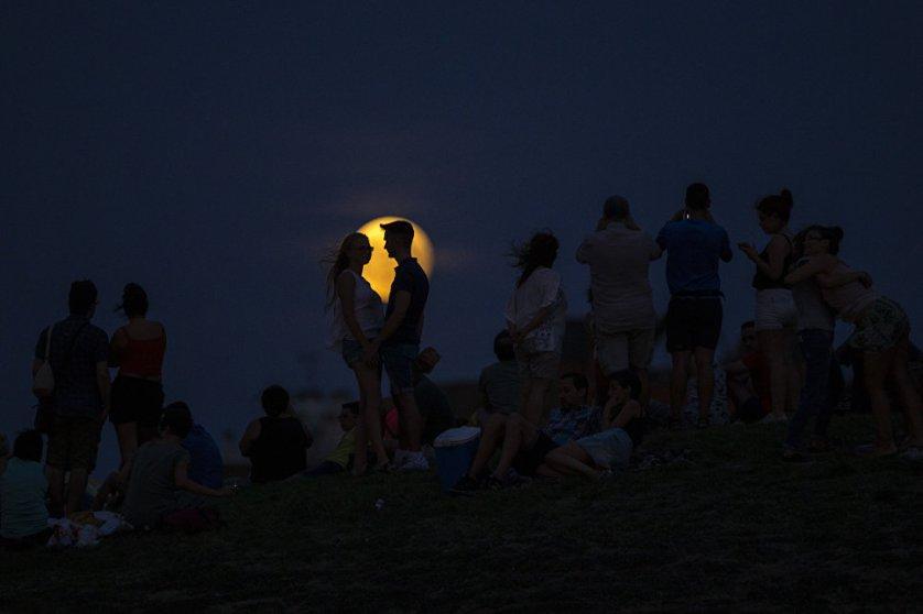 За два часа Луна прошла через северную часть земной тени, погрузившись в нее своим южным краем на четверть диска.