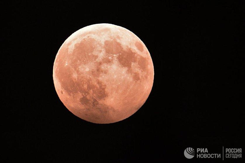 Во время затмения произошло изменение цвета части лунного диска на бордово-красный.