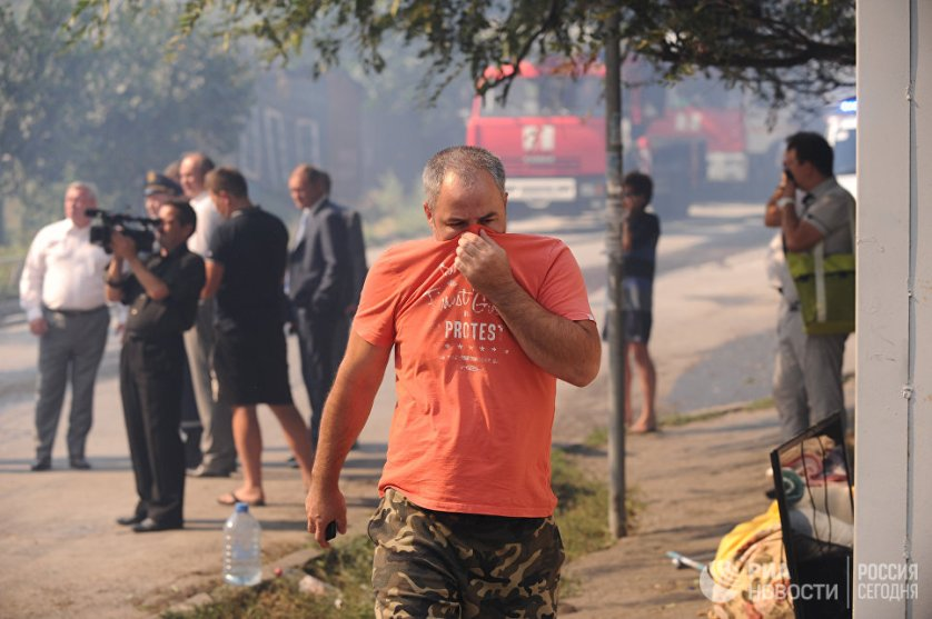 На данный момент из-за пожара уже эвакуированы более 500 человек, в том числе жители многоквартирных домов, расположенных рядом с местом ЧП.