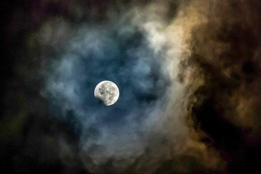 В то время, когда Земля закрыла от Луны солнечные лучи, спутник остыл на несколько десятков градусов.