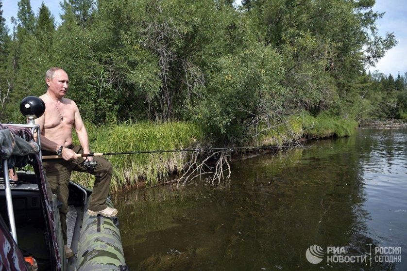 На фото: Владимир Путин во время рыбалки на каскаде горных озер в Туве.