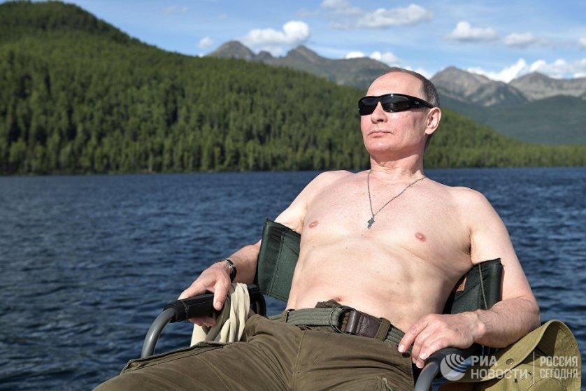 Президент также имел возможность позагорать, поскольку воздух в тех местах, где побывал российский лидер, быстро прогревается. На фото: президент РФ Владимир Путин загорает во время рыбалки в Туве.