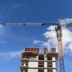 Новосибирские строители взобрались на башенный кран требовать долги по зарплате