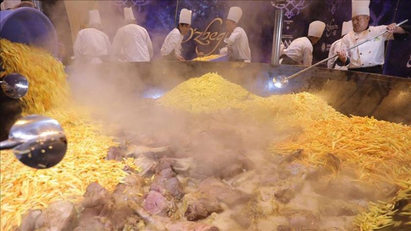 إعداد طبق عملاق من البلوف الأوزبكي يزن 6 أطنان