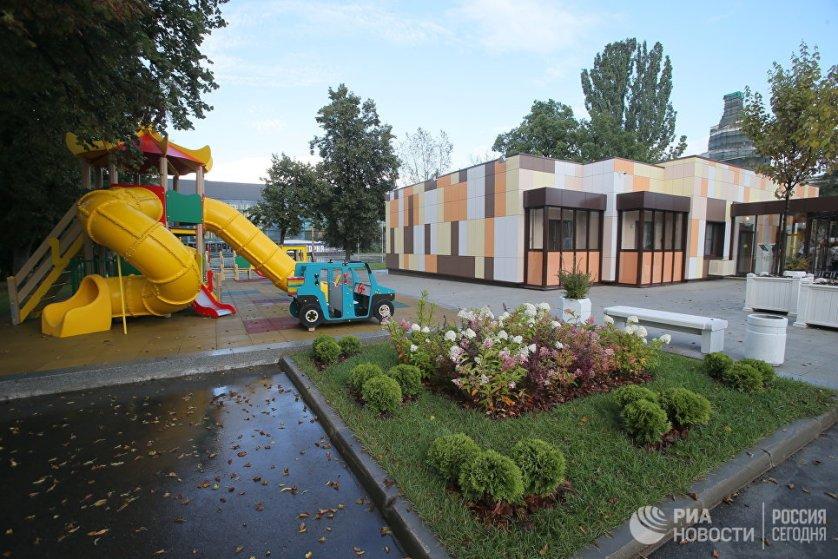 Второй шоу-рум, посвященный программе реновации жилья в Москве, открыли 7 сентября на ВДНХ. Особый акцент в нем сделан на благоустройстве территории вокруг дома. По сравнению с предыдущим шоу-румом, здесь можно увидеть детские и спортивные площади