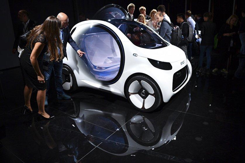 Посетители международного автосалона во Франкфурте у электрокара Smart Vision EQ.
