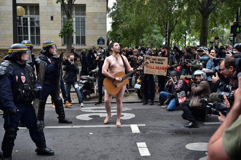 Один из участников акции протеста в Париже против внесения поправок в Трудовой кодекс Франции.