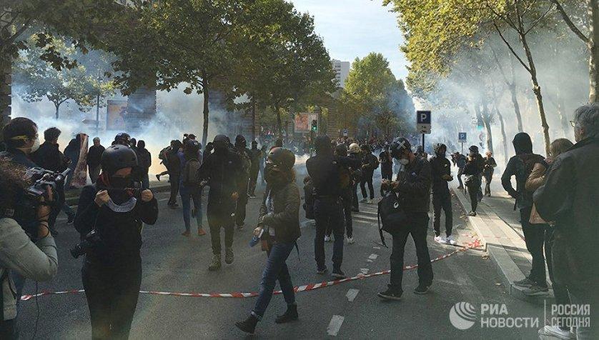 Участники акции протеста против трудовой реформы в Париже.