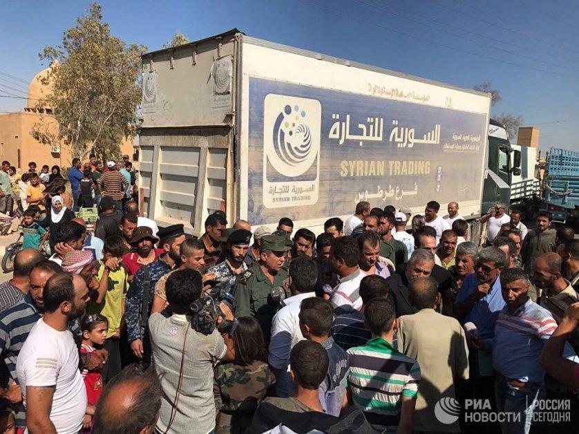 Жители Дейр-эз-Зора встречают автоколонну с продовольствием и медикаментами