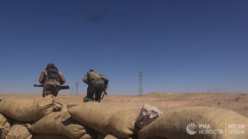 """Бойцы сирийской армии во время операции по деблокированию авиабазы Дейр-эз-зор в районе господствующей высоты """"Аллуш"""""""