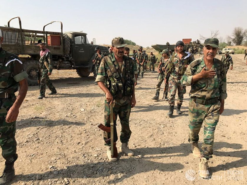 Бойцы сирийской армии перед форсированием реки Евфрат в районе города Дейр-эз-Зор
