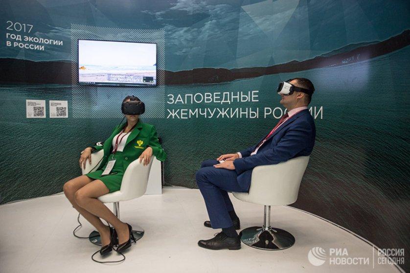 Посетители на стенде Министерства природы РФ на Восточном экономическом форуме во Владивостоке.