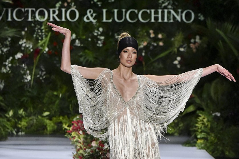 Модель во время показа новой коллекции испанского бренда Victorio & Lucchino на Неделе моды Cali Exposhow в Колумбии.