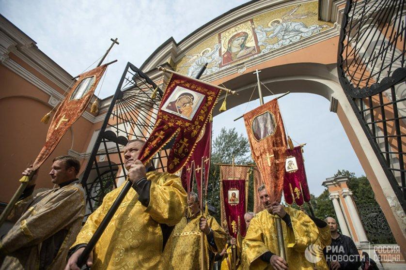Сегодня верующие прошли по Невскому проспекту от Казанского собора к площади Александра Невского.