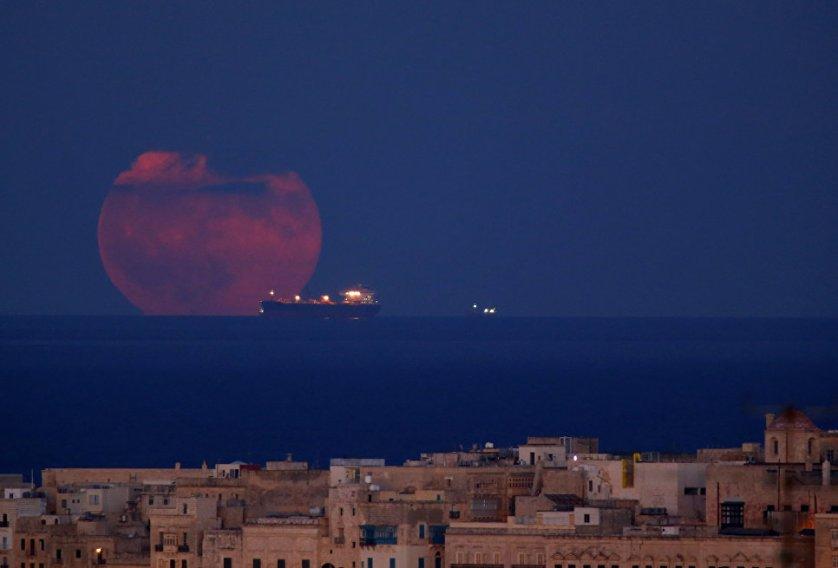 Полная луна у побережья Мальты.