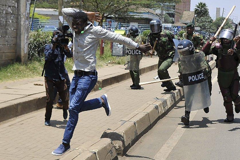 Демонстрант убегает от полиции во время акции протеста в Найроби, Кения. Будки для ездовых собак на полярной станции Бухта Тихая на острове Гукера архипелага Земля Франца-Иосифа.