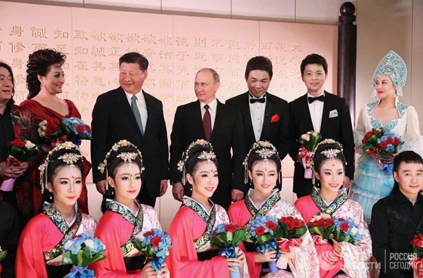 Президент России Владимир Путин и председатель Китая Си Цзиньпин во время посещения концерта в Сямэне.