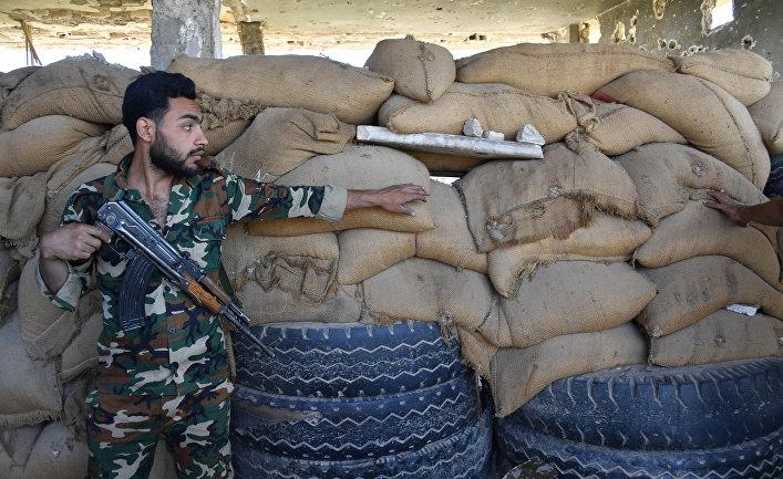 Солдат Республиканской гвардии на окраине сирийского города Дейр-эз-Зор.