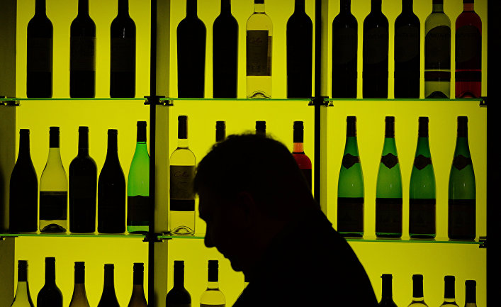 """Стенд с вино-водочными изделиями одной из российских компаний на международной выставке продуктов питания """"Продэкспо-2015""""."""