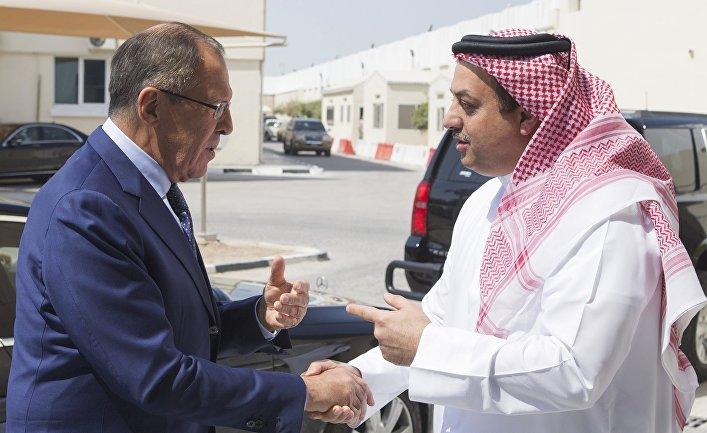 Министр иностранных дел РФ Сергей Лавров и министр обороны Катара Халид бен Мохаммад аль-Аттыйя во время встречи