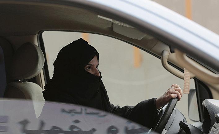 Женщина за рулем автомобиля в Саудовской Аравии.