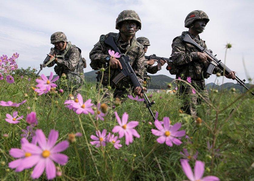 Южнокорейские морпехи во время военных учений на острове Пэннендо.