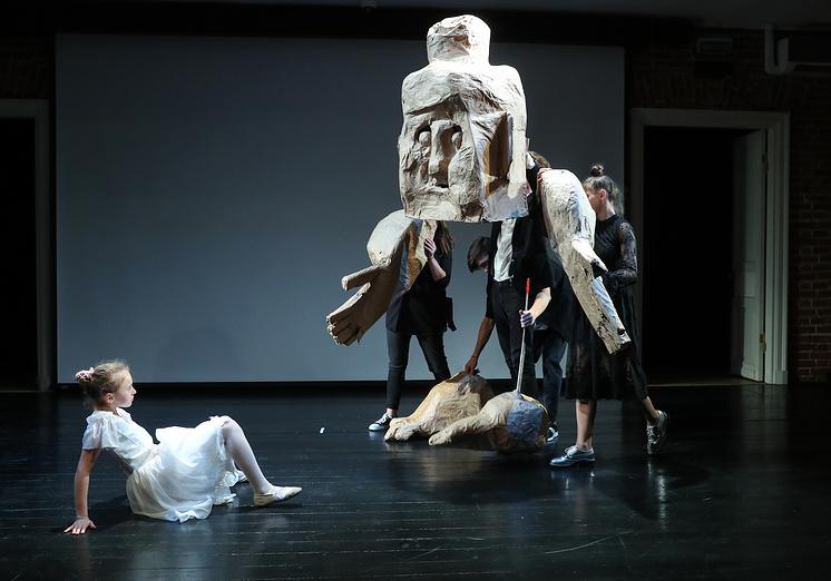 Ребята учились управлять огромной куклой, изображавшей кормилицу Джульетты
