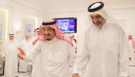 Король Саудовской Аравии Салман ибн Абдул-Азиз аль-Сауд и шейх Абдалла бин Али бин Джассем аль-Тани (справа). Фото: Saudi Press Agency