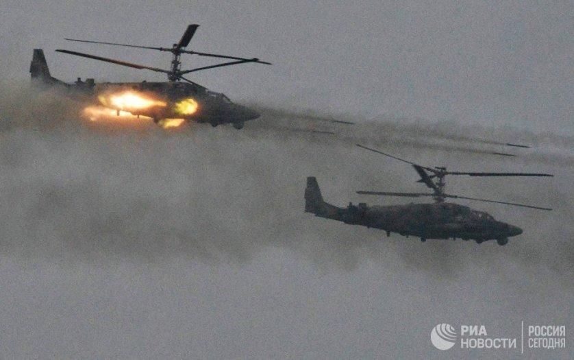 """Уничтожение противника на земле происходило при огневой поддержке артиллерии и бронетехники, в том числе танков Т-90 и боевой машины """"Терминатор"""", — бомбовыми ударами фронтовых бомбардировщиков Су-24, истребителей-бомбардировщиков Су-34, неуправляемыми авиационными ракетами с ударных вертолетов Ми-24, Ми-28 и Ка-52."""