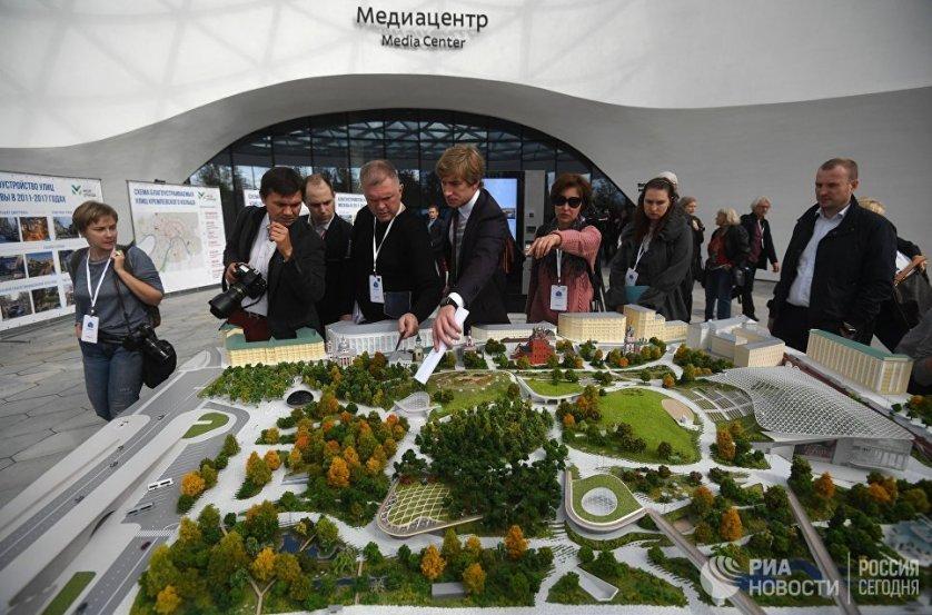 Глава государства осмотрел макет парка, поинтересовавшись у Собянина, сколько продолжалась стройка. Московский градоначальник сообщил, что она шла два года.