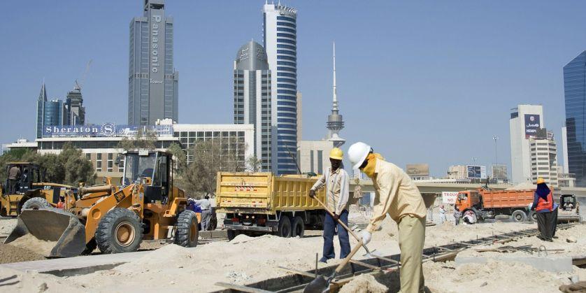 العمالة الوافدة تحت ضغوط توطين الوظائف في الكويت