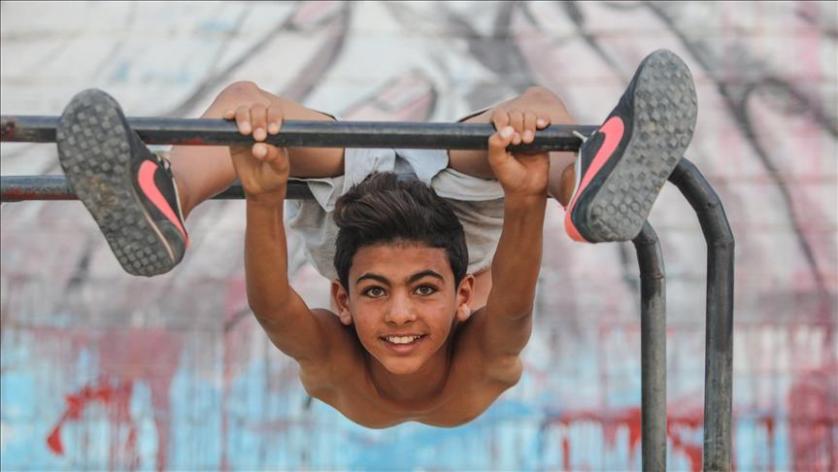 """طفل فلسطيني يسعى إلى دخول موسوعة """"غينيس"""" بليونة جسده"""