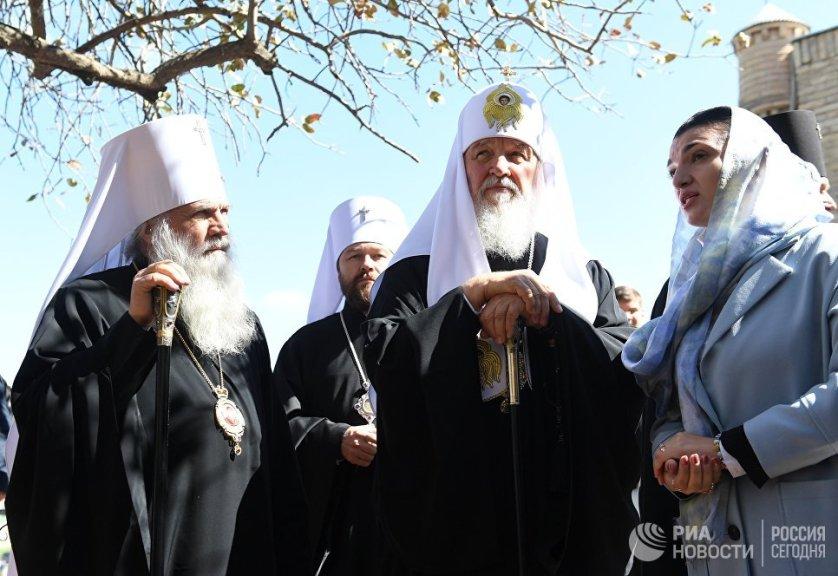 Патриарх Московский и Всея Руси Кирилл (в центре) и митрополит Ташкентский и Узбекистанский Викентий во время посещения мавзолея Гур-Эмир в Самарканде.