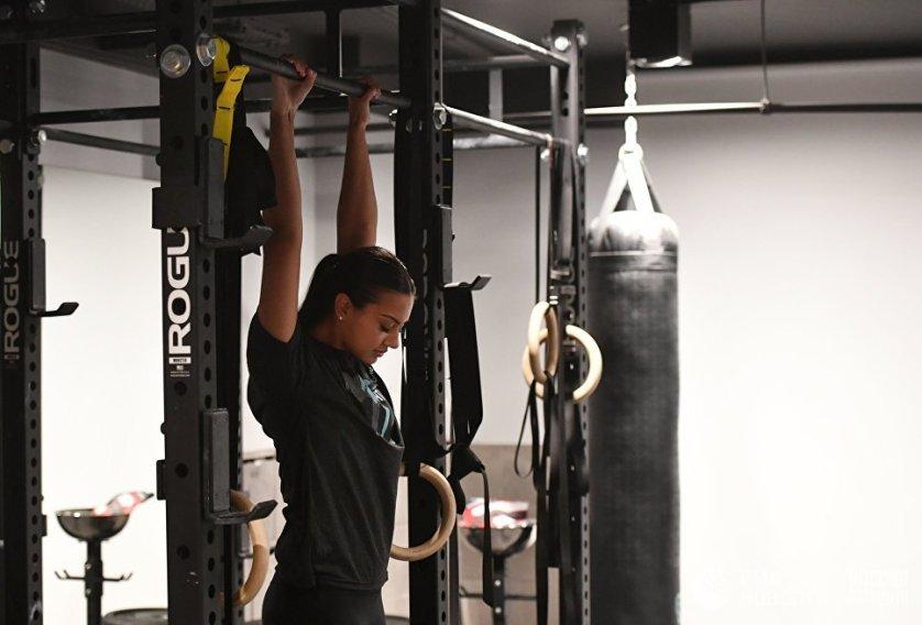 Девушка занимается боксом в спортивном клубе города Джидда, Саудовская Аравия.
