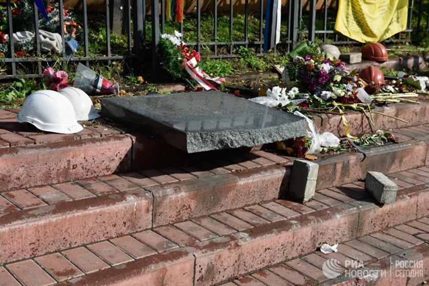 Разбитые плиты мемориала Героям Небесной сотни в центре Киева. 5 октября 2017