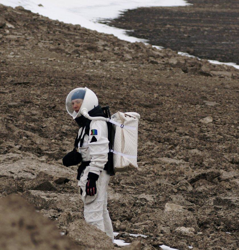 """Ученые расходятся во мнении, какую планету исследовать приоритетнее. """"На Луне нет атмосферы, и она не может стать автономной. С точки зрения доступности Луна выглядит реальнее, но как фронтир для расширения ареала обитания человечества единственный реальный и доступный современным технологиям кандидат - Марс"""", - считает руководитель интеракториума «Марс-Тефо» Ольга Черкашина."""