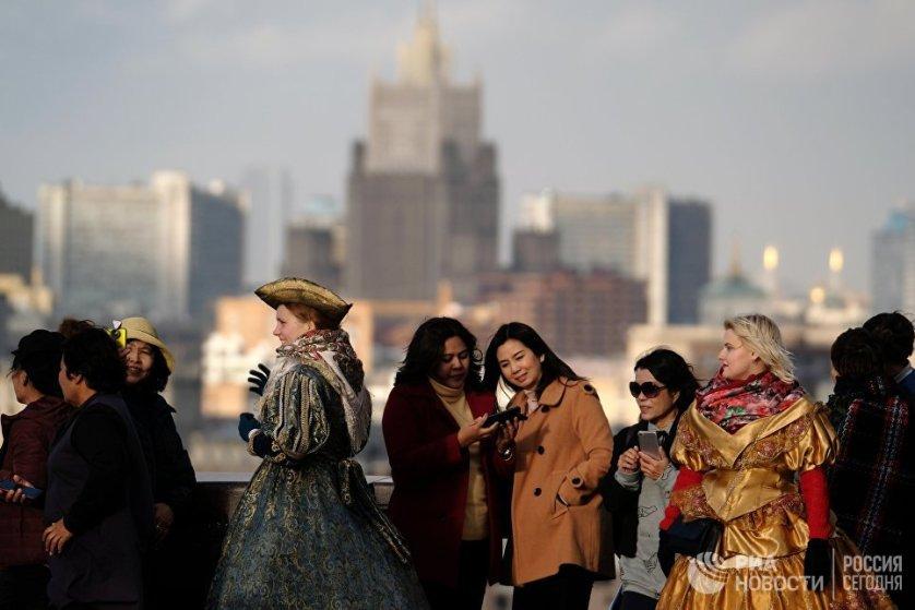 Туристы и аниматоры на смотровой площадке МГУ им. М.В. Ломоносова в Москве