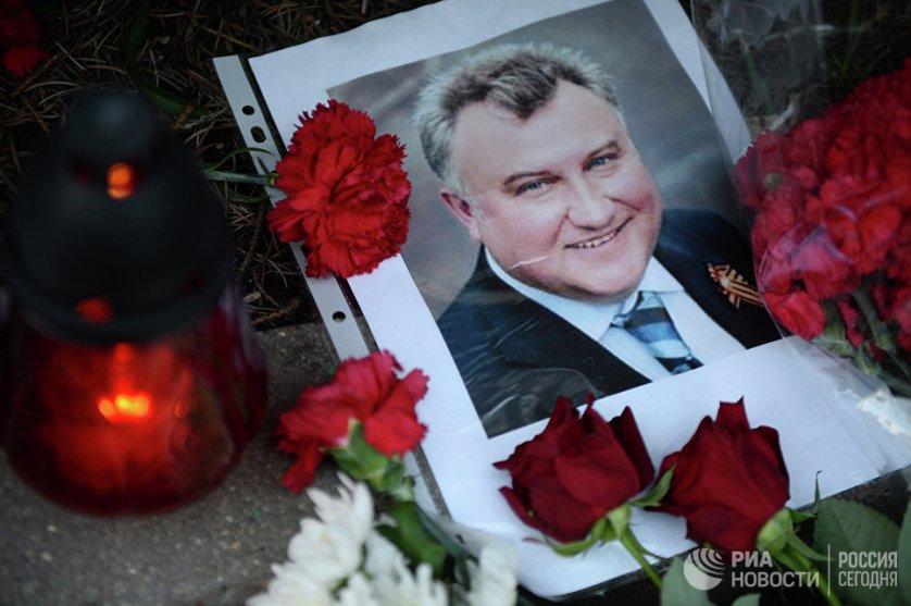 Цветы и свечи у посольства Украины в Москве в память об убитом в Киеве экс-депутате Партии регионов Олеге Калашникове