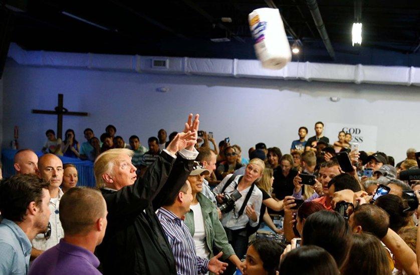 Президент США Дональд Трамп бросает рулоны бумажных полотенец пострадавшим от урагана Мария в Сан-Хуане.