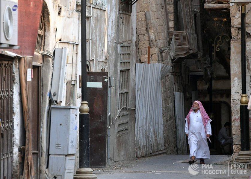 Прохожий на одной из улиц в центре Джидды, Саудовская Аравия.