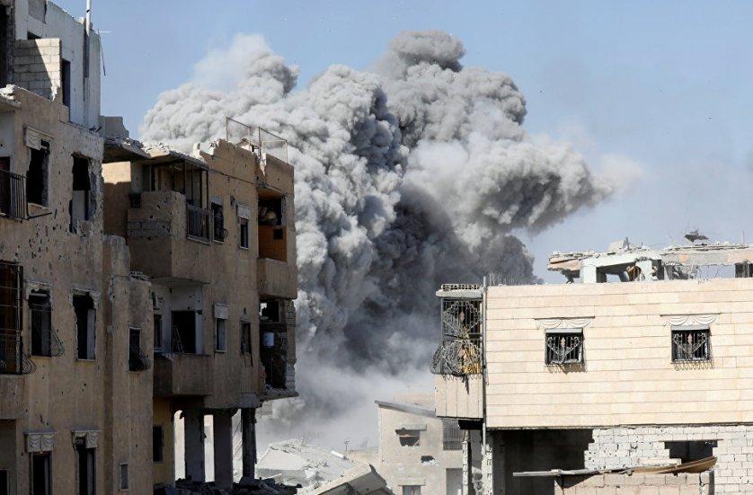 Столбы дыма поднимаются над Раккой после авиаудара по позициям боевиков.