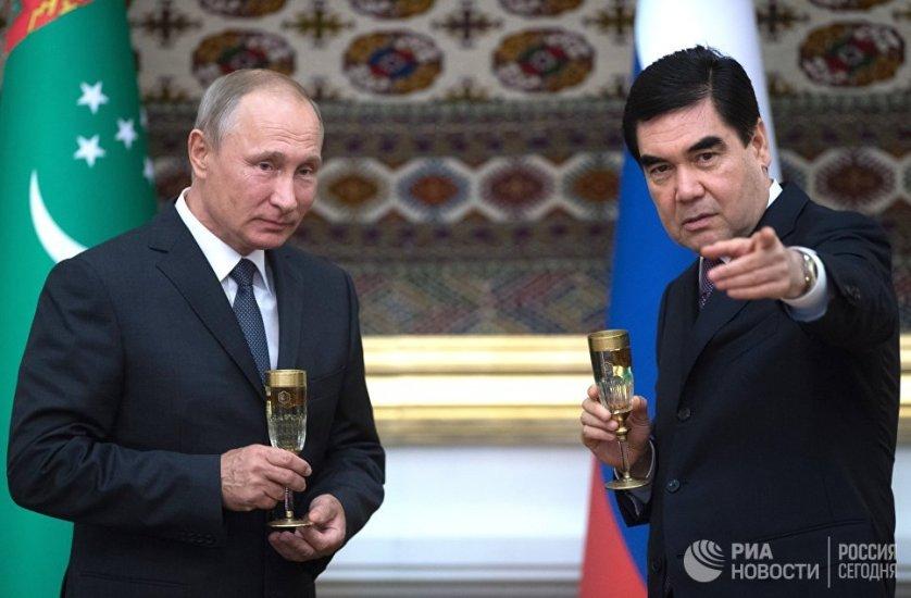 Владимир Путин и президент Туркмении Гурбангулы Бердымухамедов на церемонии подписания совместных документов по итогам переговоров в Ашхабаде.