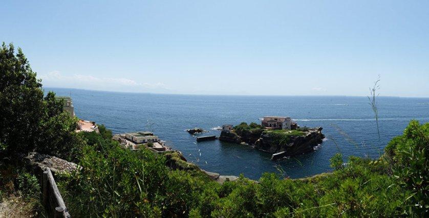 У берегов Кампани в Неаполитанском заливе есть два небольших островка, связанных мостиком. На одном из островов стоит вилла, правда заброшенная – райское местечко для любителей проклятых мест. Все его владельцы либо в психбольницу попадали, либо в тюрьмы, либо умирали загадочной смертью. Короче, местные сюда предпочитают не ходить, да и турист не каждый осмелится. О судьбе бывших тут туристов ничего плохого не сообщалось.