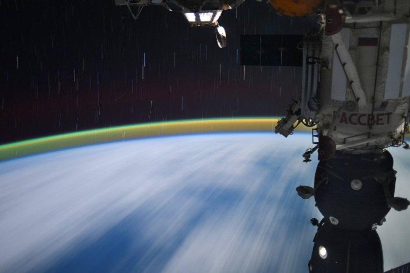 Ночь на скорости 28 000 км/ч. Снимок космонавта Сергея Рязанского из космоса.
