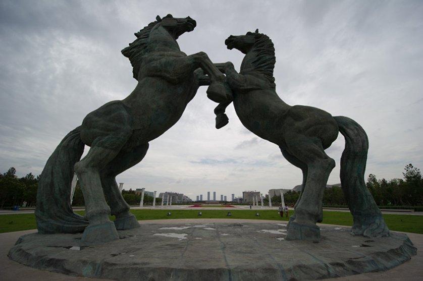 По всему городу расставлены скульптуры. Особенно популярны в монгольской автономии фигуры лошадей.
