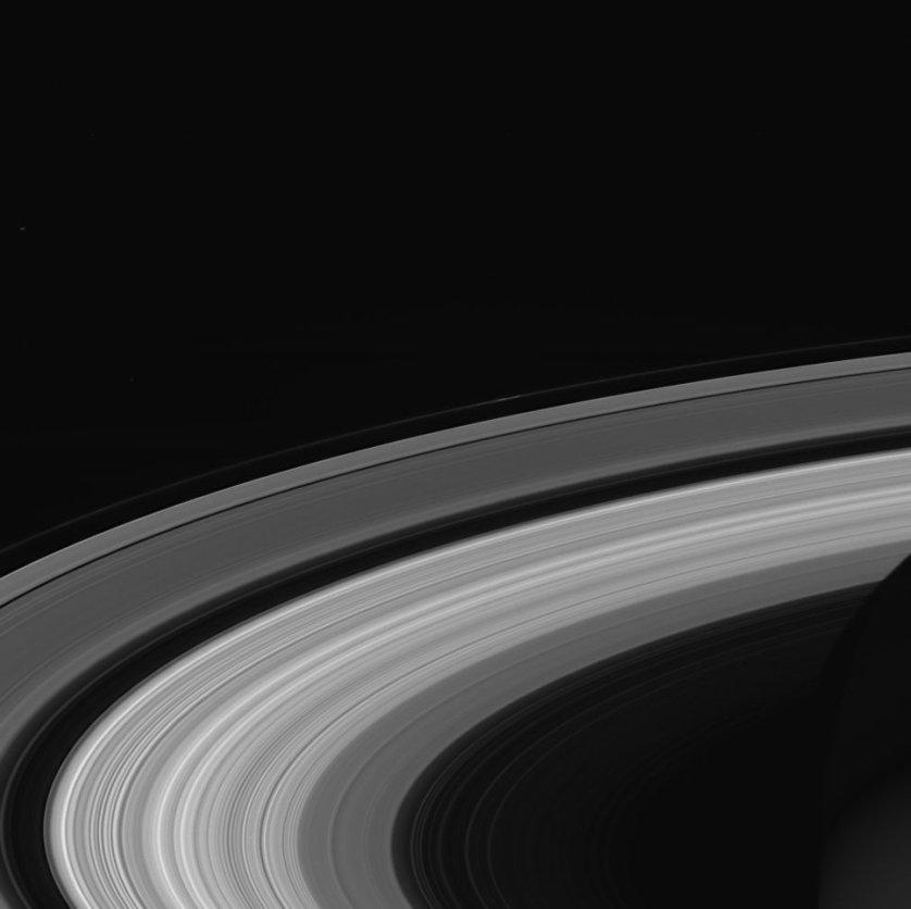 """Последний снимок колец Сатурна, сделанный """"Кассини"""" перед завершением его миссии. В сентябре межпланетный зонд НАСА """"Кассини"""" завершил тринадцатилетнее исследование Сатурна и его спутников, сгорев в атмосфере газового гиганта."""