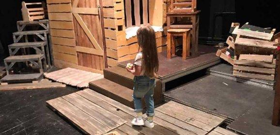 Кристина Асмус привела трехлетнюю дочку в Щепкинское училище
